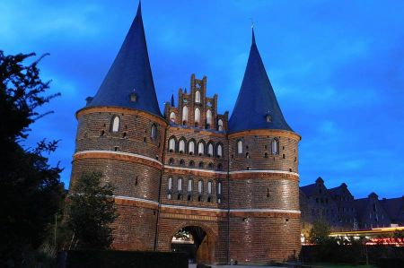 b_450_450_16777215_00_images_deutschland_hamburg_holstentor-luebeck-2.jpg