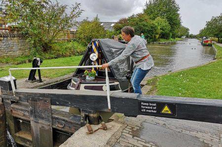 b_450_450_16777215_00_images_england_warwickshire_narrowboat-1.jpg