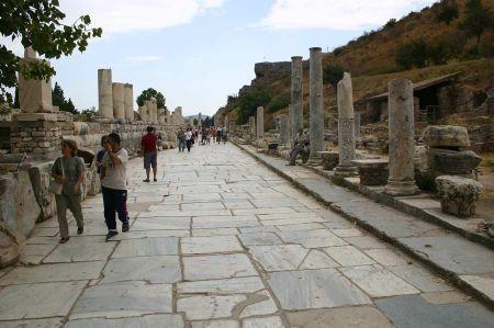 Archäologen entdecken eine spätantike Schankstube in Ephesos