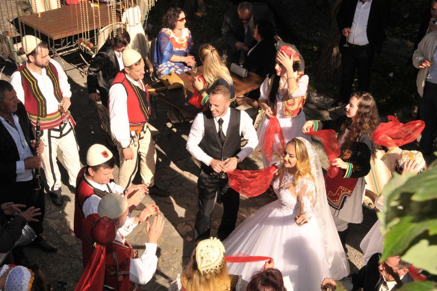 albanische hochzeit rotes kleid