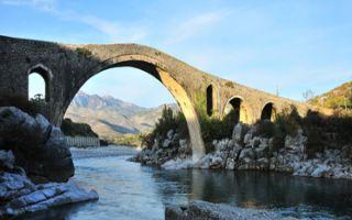 Die osmanische Brücke Ura e Mesit bei Shkodra