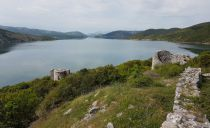 Boat trip to Shurda island - exploration of ancient buildings