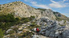 Abstieg von Starigrad alte Steinhäuser passierend