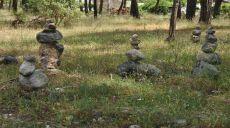 Steinmännchen am Ortsrand von Olympos