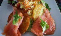 Räucherlachs auf Kartoffelpuffer - mit buntem Salat angemacht