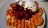 Ania's fast waffle recipe - with cherries and cream