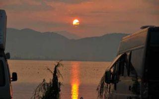 Der Kormoran erwacht im Morgenlicht am Ohridsee