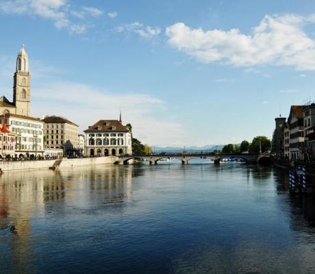 Spaziergang an der Limmat durch die Innenstadt von Zürich