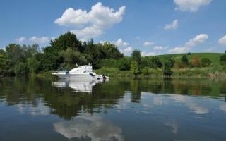 Almanya'nın mavi gökyüzü ve Main Nehri'nde kano gezisi