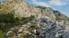 Abstieg von der Festung Starigrad alte Steinhäuser passierend