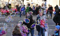 Soap bubbles - an ancient toy for young and old