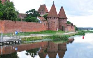 Die Marienburg Malbork am rechten Ufer der Nogat