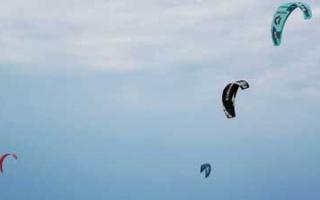 Kite- und Windsurfen in der Bucht von Rewa